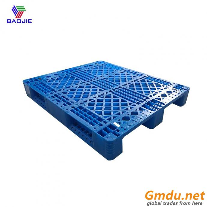 Three runners racking system plastic pallets